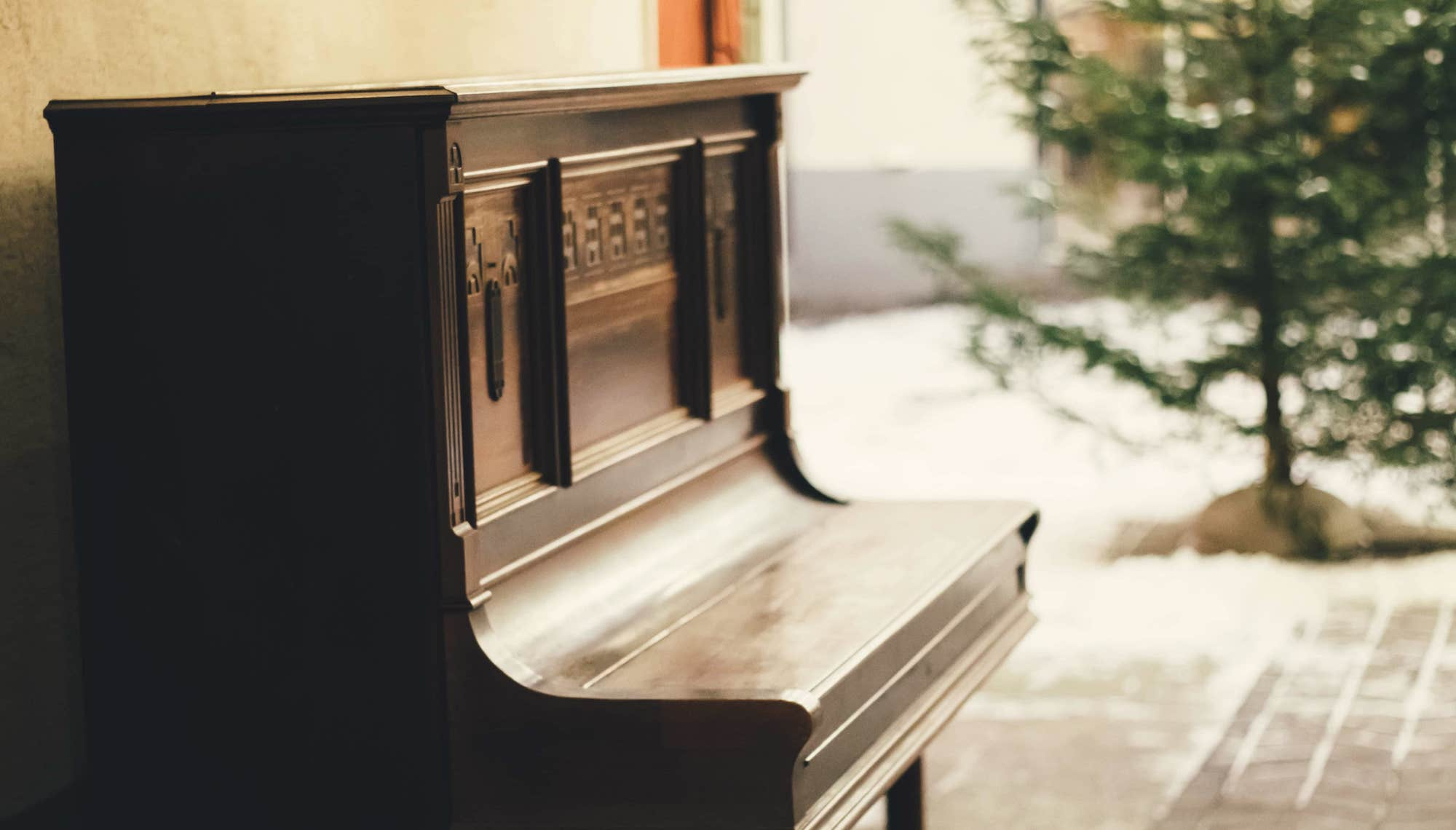 brown wooden piano-min